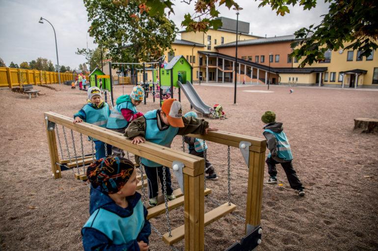 lapset leikkimässä pihalla
