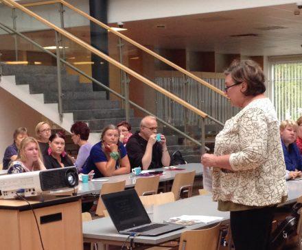 Maaret Lommi opettamassa opettajia.