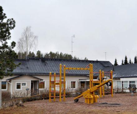 Pyhällönpäiväkodin julkisivu ja piha-alue