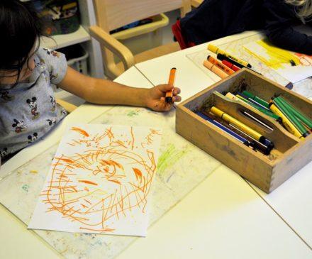 Pyhällön päiväkodin lapset piirtämässä