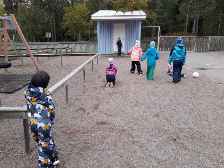 lapset leikkivät Neuvottoman päiväkodin pihalla