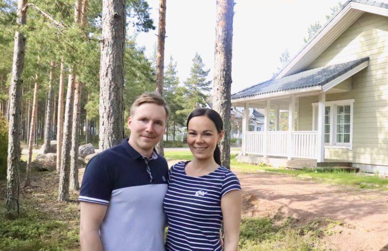 Kuvassa Essi ja Juska talonsa edustalla
