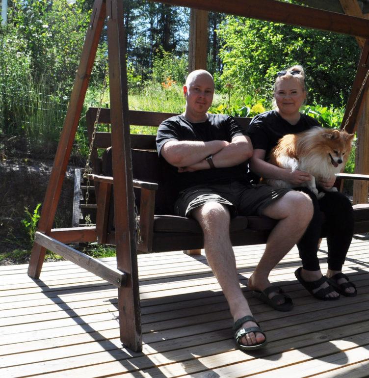 Taru, Juho & Bean nauttivat iltapäivän auringosta puutarhakeinussa.