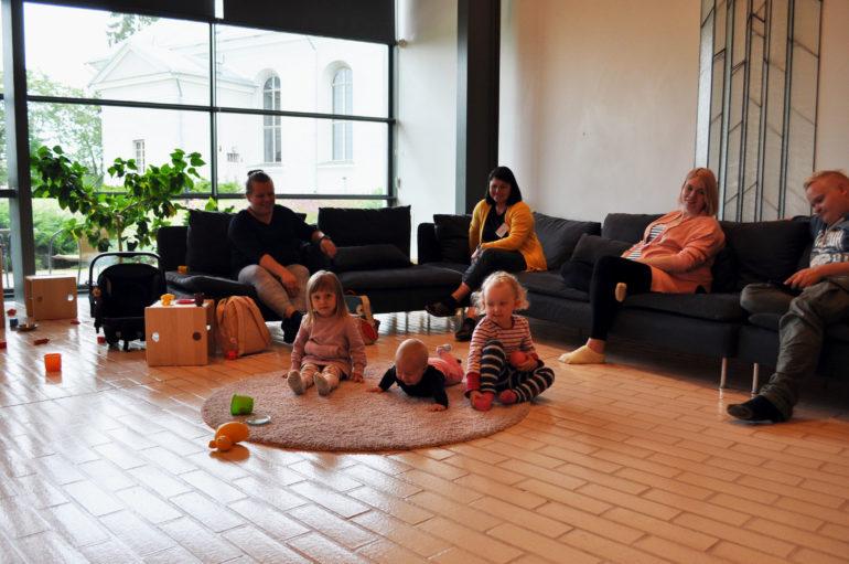 Kuvassa Simeon-salissa kokoontuva Perhepiiri