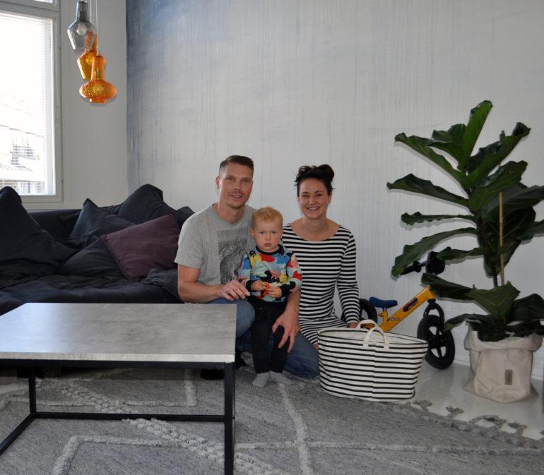 Mikko, Saara ja Mio olohuoneessa