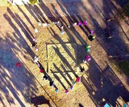 Ilmakuva Kurkitien päiväkodin pihalta, jossa pihalle seisovat ihmiset muodostavat sydämen.