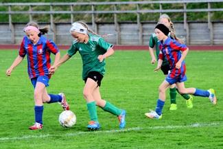 HaPKin junioritytöt pelaamassa jalkapalloa.