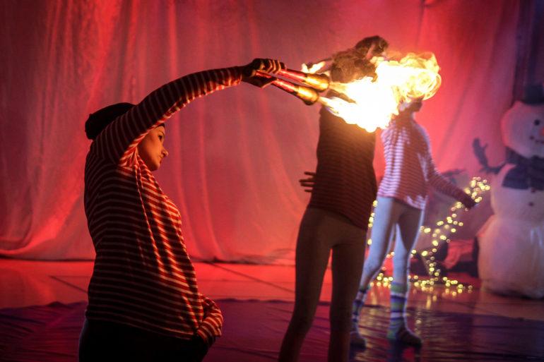 Sirkuslaiset taiteilemassa tulen kanssa.