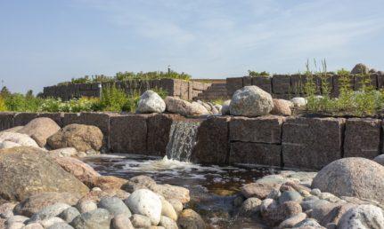 Oolannin puiston kiviaihiot ja vesiputous.