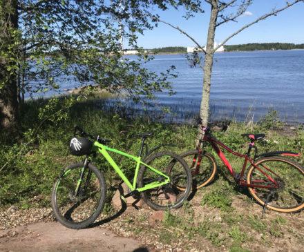 Vihreä ja punainen maastopyörä merenrannalla.