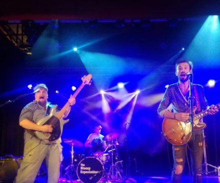 Hamina Mosna Blues lavalla bändi soittamassa.