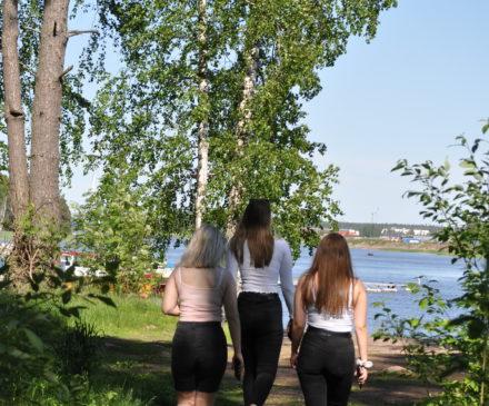 Tytöt kävelemässä rantaan.