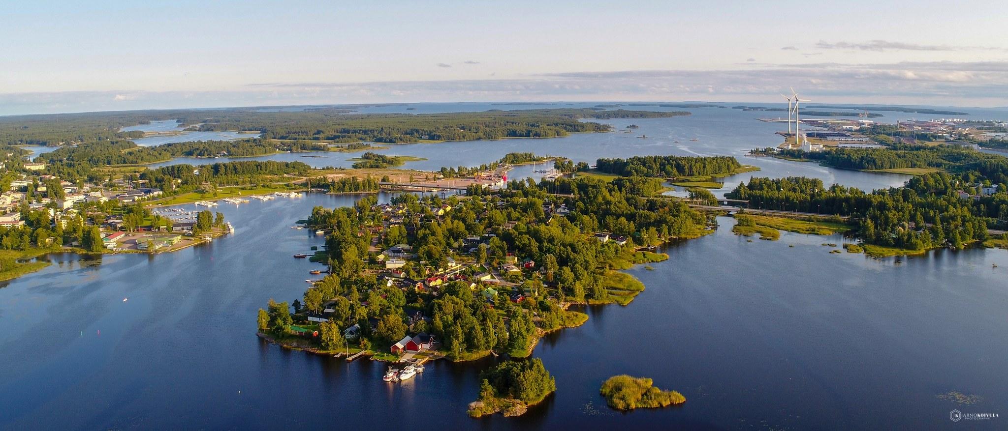 Vehreä ilmakuva Pitäjänsaaresta, meri ympärillä.