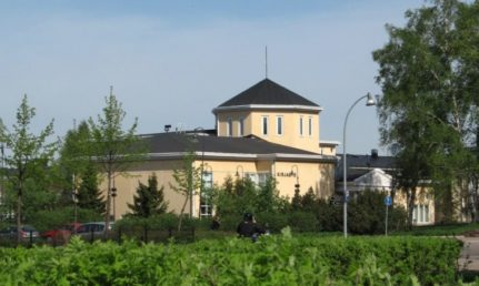Haminan pääkirjasto ja sen edustalla oleva pensasaita.