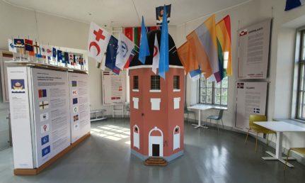 Lipputornin pienoismalli, jossa lippuja katolla.