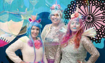Ruffle Armyn kolme taiteilijaa pastellin värisissä asuissa ja meikeissä.