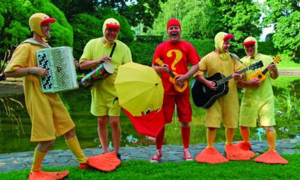 Uppo-outo ja kumiankat bändin promokuva, jossa artistit pukeutuneina ankoiksi.