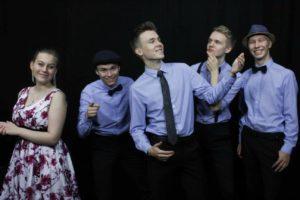 Kuunsilta orkesterin jäsenet, neljä miestä sinisissä kauluspaidoissa ja nainen kukkamekossa.