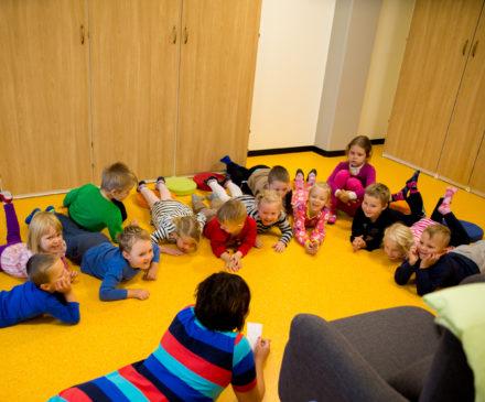 Lapsia leikkimässä Linnoituksen päiväkodissa.